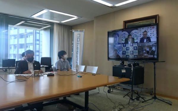 全国知事会はテレビ会議システムで緊急提言について協議した(8日、東京・千代田)