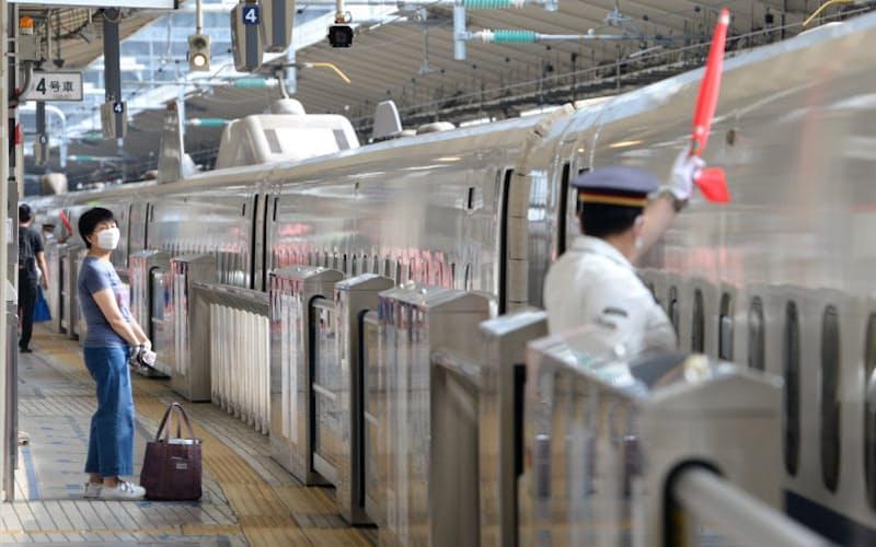 乗客がまばらな新幹線ホーム(8日、JR東京駅)