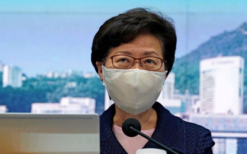 31日、香港で記者会見する林鄭月娥行政長官(ロイター=共同)
