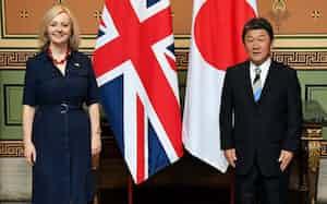 日英の経済連携交渉に臨む茂木外相(右)とトラス国際貿易相(6日、ロンドン)=外務省提供