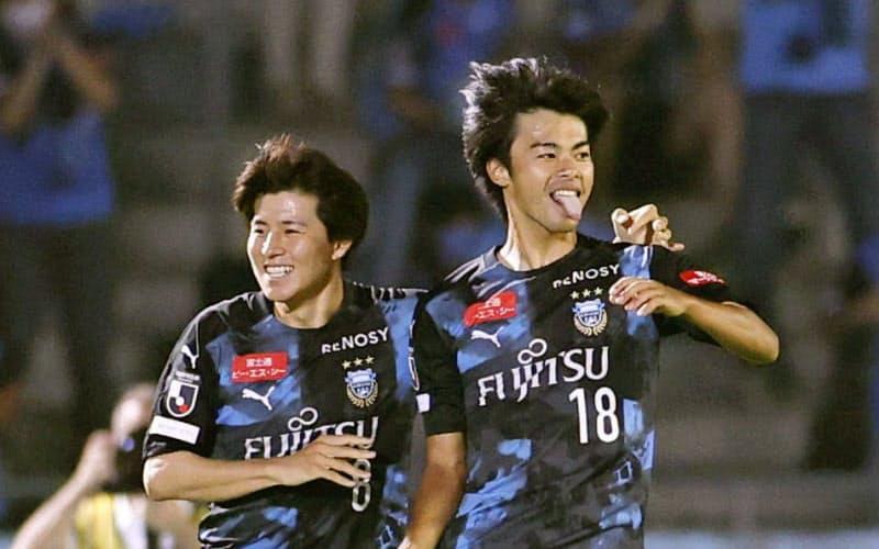 川崎―大分 前半、先制ゴールを決め喜ぶ川崎・三笘=右(8日、等々力)=共同