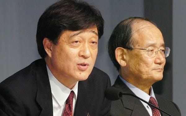 三菱自動車の新しい再建計画を披露する益子社長(写真左、05年1月28日、東京都港区)