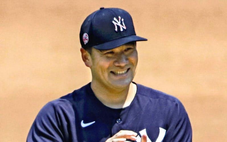 対戦形式の練習に臨み、笑顔を見せるヤンキース田中=ニューヨーク(球団提供・共同)