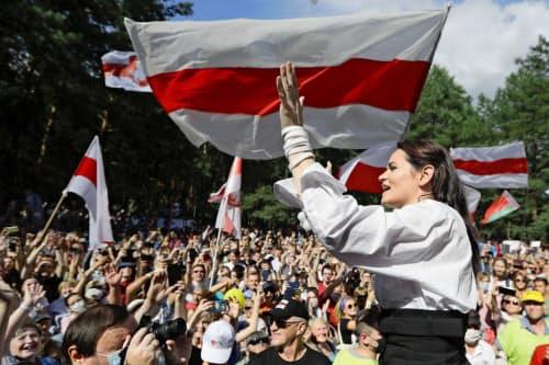 拘束された夫に代わり立候補したチハノフスカヤ氏に反体制派の支持が結集した(2日、ブレスト)=AP