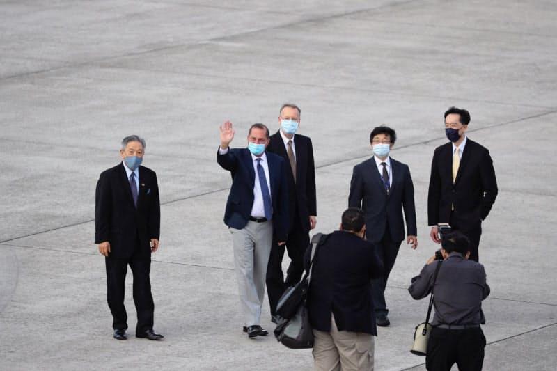 台湾に到着したアザー米厚生長官(9日、台北市内の松山空港)=中央通信社