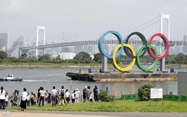 一時的に撤去される五輪マークのモニュメント(6日、東京・お台場海浜公園)=共同