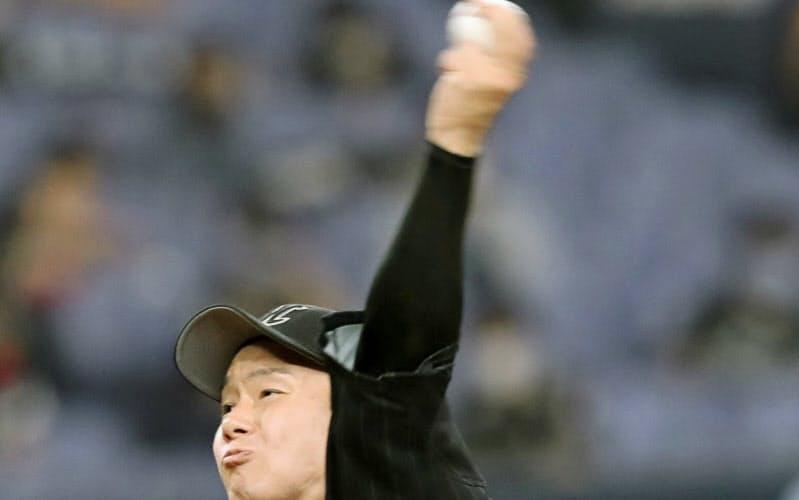 今季初勝利を挙げたロッテ・中村稔(9日、京セラドーム)=共同