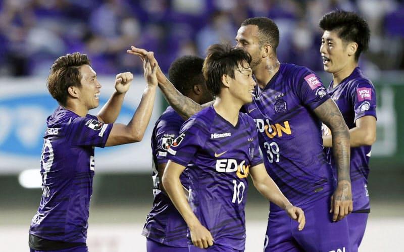 前半、浅野(左端)が先制ゴールを決め喜ぶ広島イレブン(9日、Eスタ)=共同