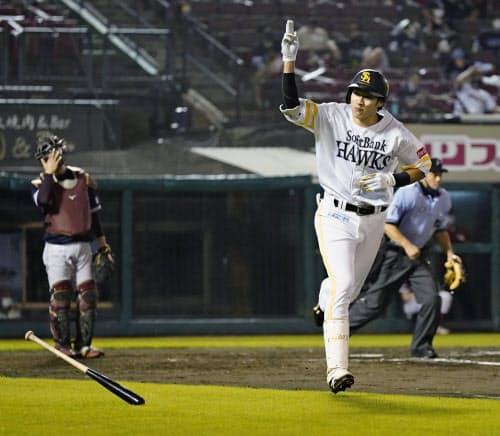 8回、本塁打を放ち、一塁に向かうソフトバンク・柳田(9日、楽天生命パーク)=共同