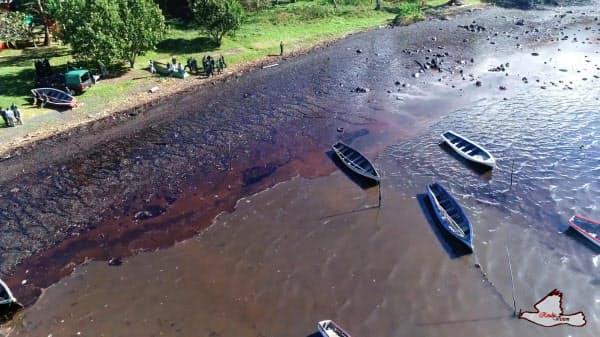 モーリシャスの海岸沿に漂流する重油(8日)=REUBEN PILLAY/REUBSVISION.MU, Virtual Tour of Mauritius・ロイター