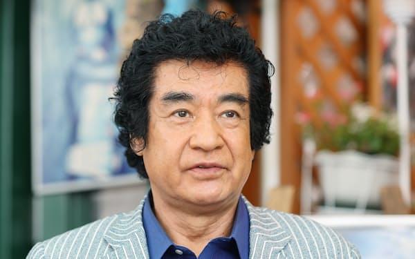 ふじおか・ひろし、 1946年愛媛県生まれ。65年松竹映画でデビュー。71年初代仮面ライダー役で知名度を上げ、以後NHK大河ドラマ「勝海舟」「おんな太閤記」など多数に出演。古武道藤岡流の当主。