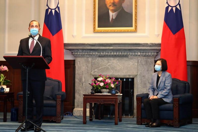 アザー米厚生長官は10日、総統府で蔡英文総統と会談した(台北市)=中央通信社