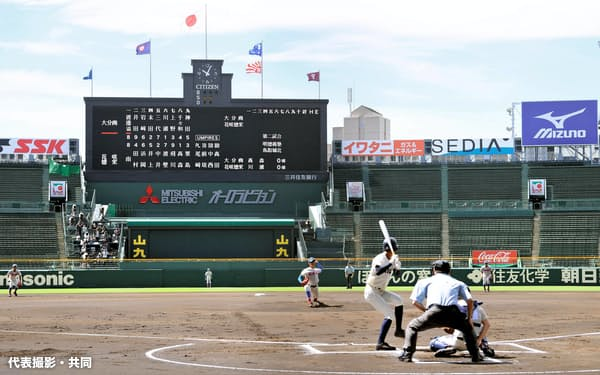 開幕した2020年甲子園高校野球交流試合。第1試合の大分商と花咲徳栄戦(10日午前、甲子園球場)=代表撮影・共同