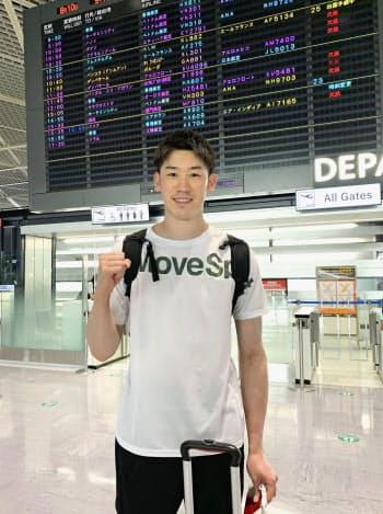 イタリアに向けて出発したバレーボール男子の石川祐希(10日、成田空港)=所属事務所提供・共同