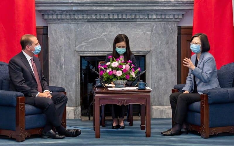 アザー米厚生長官(左)は10日、台湾の蔡英文総統(右)と会談した(台北市)=総統府提供
