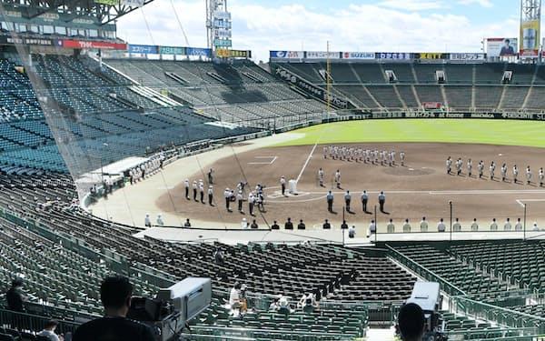 開幕した「2020年甲子園高校野球交流試合」。原則、無観客で保護者など一部にのみ入場が認められた(10日、兵庫県西宮市の甲子園球場)