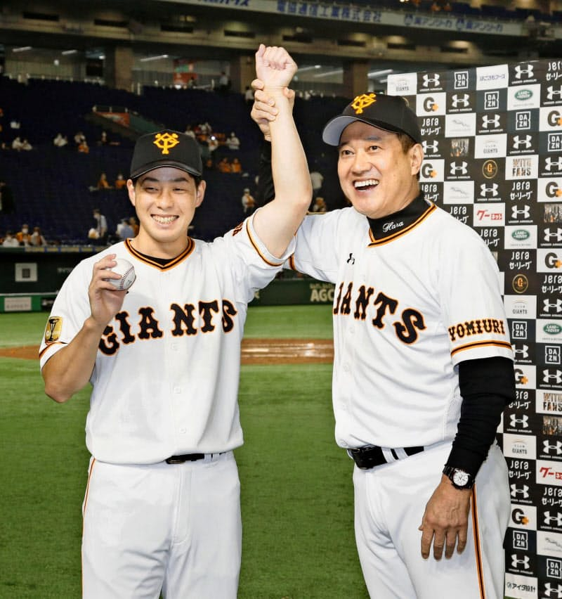 プロ初勝利を挙げ、ウイニングボールを手に原監督(右)に祝福される巨人・大江=東京ドーム