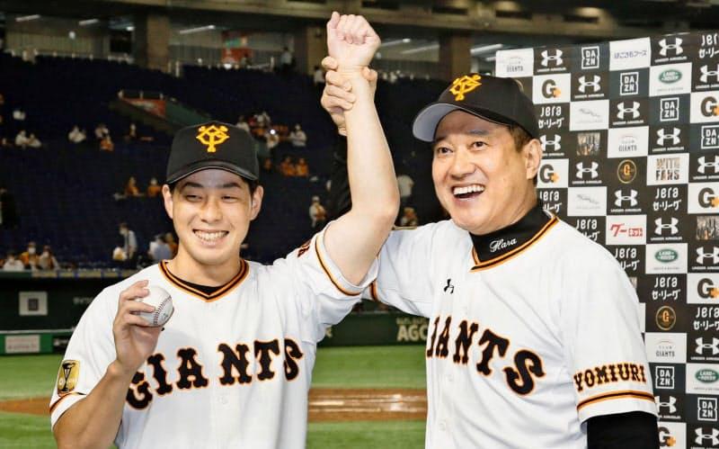 プロ初勝利を挙げ、ウイニングボールを手に原監督(右)に祝福される巨人・大江=共同