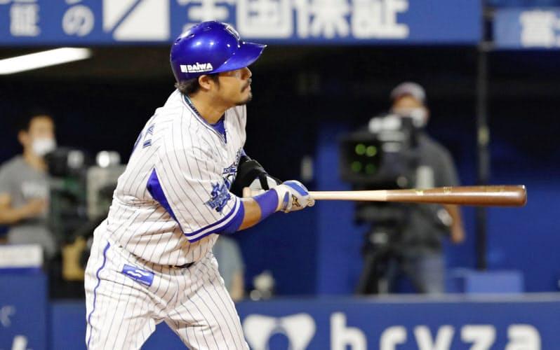 8回DeNA2死三塁、宮崎が中前に適時打を放つ(10日、横浜)=共同