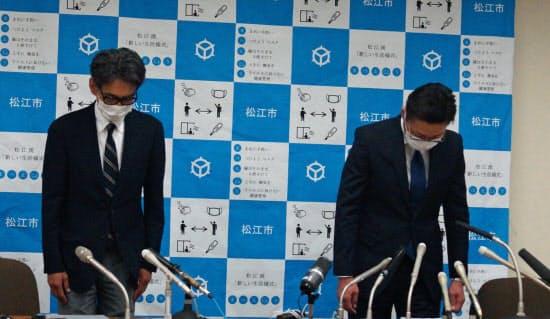 陳謝する立正大淞南高の北村直樹校長(右)と上川慎二教頭