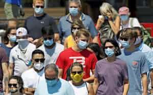マスク姿でフェリーに乗船する人たち(7月、米メーン州ポートランド)=AP