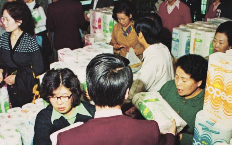 第1次オイルショックでトイレットペーパーを買い求める消費者(1973年10月)=共同