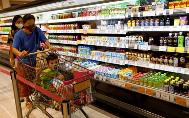 子どもを持つ母親の間で、オンラインで購入するニーズが高まっている(インドネシアのスーパー)=ロイター