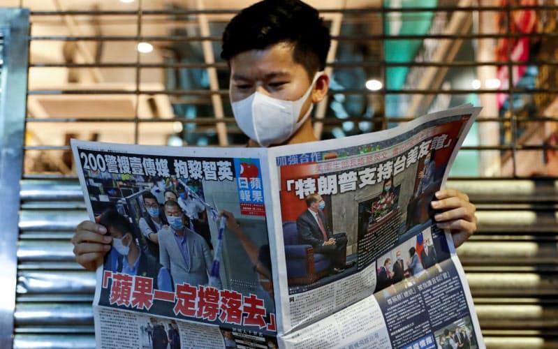 創業者が逮捕された蘋果日報を買い求める人が相次いだ(11日、香港)=ロイター