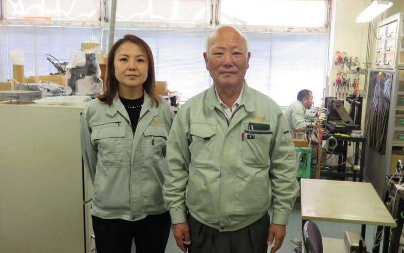 鬼塚硝子の鬼塚睦子氏(左)は好弘氏(右)から社長として事業を承継する前に、経営・現場を懸命に学んだ