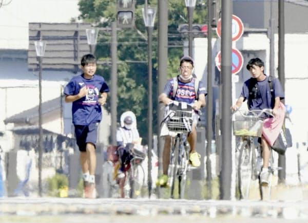 気温が上昇した群馬県伊勢崎市で見られた逃げ水。40.5度に達して今年の全国最高を更新した(11日午後)=共同