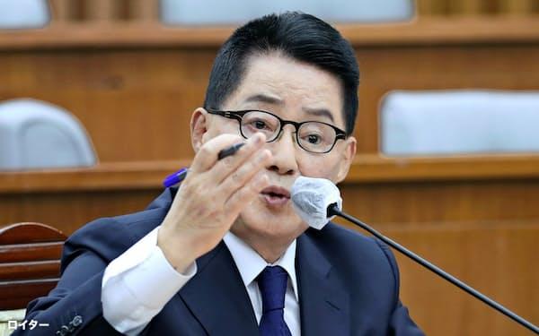 国家情報院長に就任した朴智元氏。北朝鮮への違法送金事件に関わったとされる=聯合・ロイター