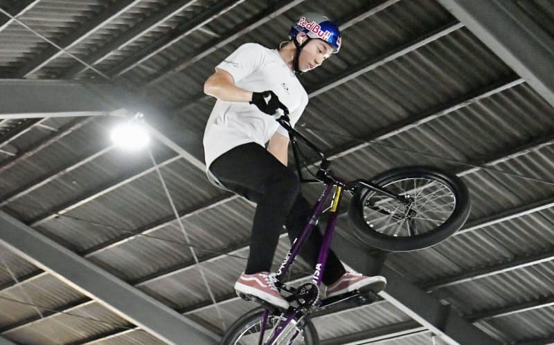 岡山市に完成した自転車BMXフリースタイル・パーク専用の室内練習施設で演技する中村輪夢=共同