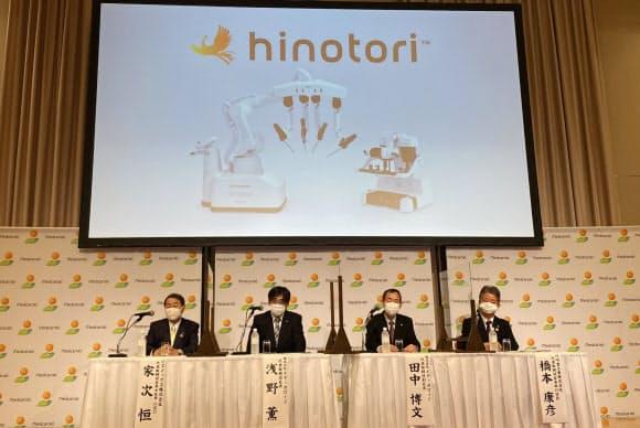国産初の手術支援ロボットを発表する川重の橋本社長(右端)ら(11日、神戸市)