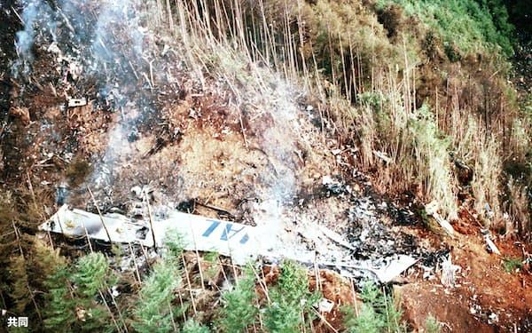 墜落した日航ジャンボ機の主翼部分(1985年8月、群馬県・御巣鷹山)=共同