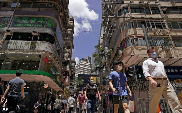 香港の市街を歩く人々=AP