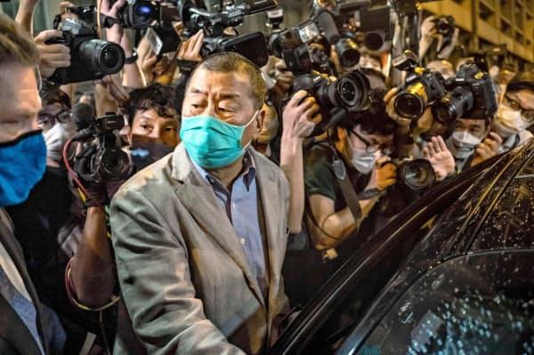 釈放され警察署を出る黎智英氏(12日、香港)=ゲッティ共同