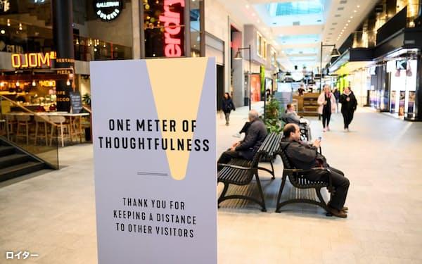 ショッピングセンターでは1メートルの距離を保つよう呼びかけている(5月12日、ストックホルム)=ロイター
