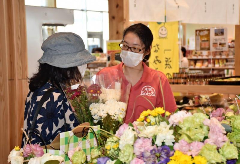 駅長の東山晴菜さん(右)は福島に向き合うため関西から移住した(福島県浪江町)