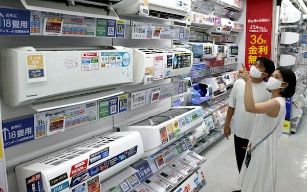 猛暑の影響でエアコンの売り上げが伸びている(12日、東京都千代田区のビックカメラ有楽町店)