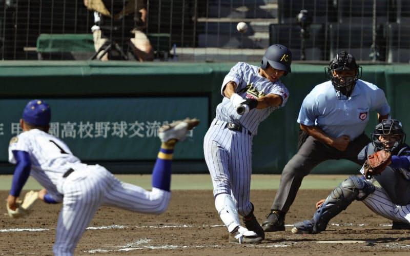 鹿児島城西―加藤学園 8回裏加藤学園2死二塁、杉山が2点ランニング本塁打を放つ。投手八方、捕手池山(12日、甲子園)=共同