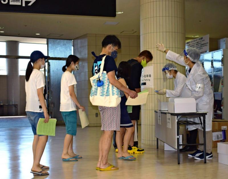 小笠原行きの貨客船「おがさわら丸」の乗客にPCR検査キットが配られた(11日、竹芝客船ターミナル)