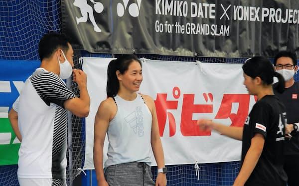 女子ジュニア育成プロジェクトのキャンプで選手と話す伊達さん(中央)と坂井利彰・日本テニス協会普及育成本部副本部長(左)