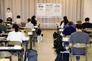 司法試験に臨む受験者(12日午前、東京都品川区)=共同