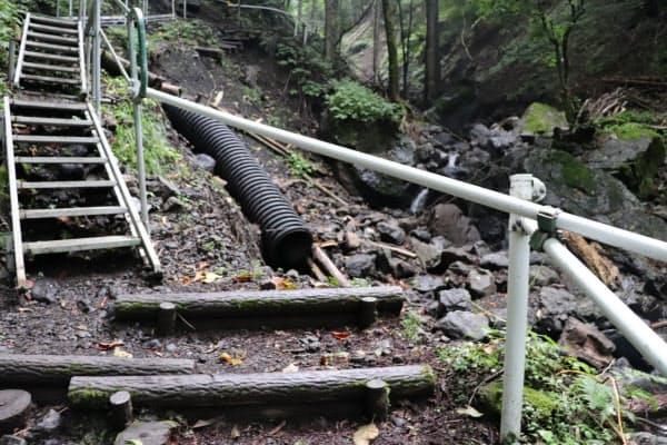 一部の登山道は崩落し、仮設の階段が設置されている(群馬県上野村)