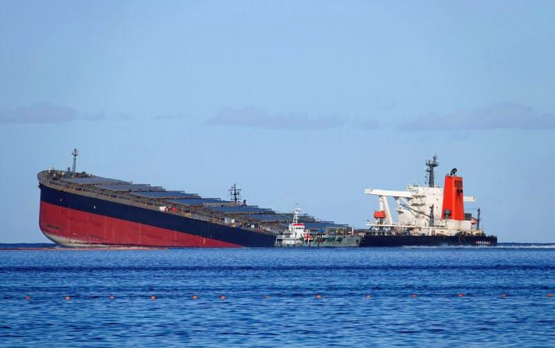 モーリシャス沖で座礁した大型貨物船(11日)=ロイター