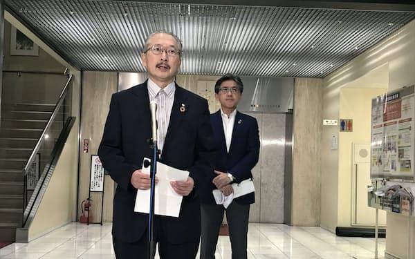 幹部会合後に記者団の質問に答える神津連合会長(写真(左)、12日、都内)
