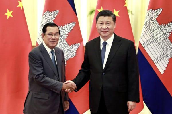 カンボジアのフン・セン首相(左)は中国で新型コロナウイルスが広がるなか、中国の習近平国家主席を北京に訪ねた(2月、新華社提供)=AP