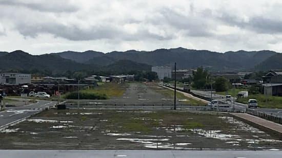 コンクリートの滑走路が残る鶉野飛行場跡(兵庫県加西市)