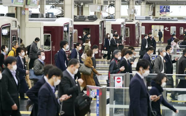 緊急事態宣言では鉄道の利用は落ち込んだ(4月、阪急電鉄の大阪梅田駅)