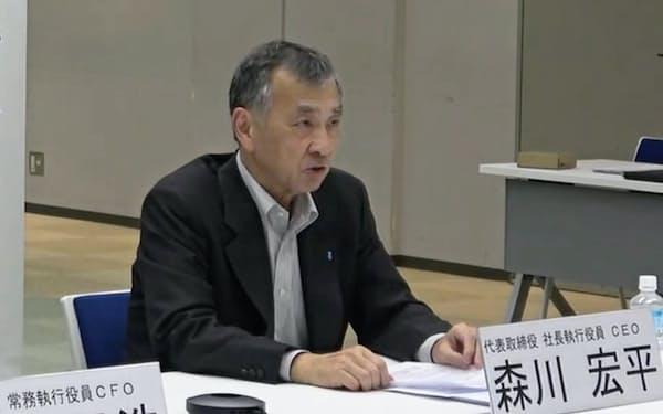 記者会見する昭和電工の森川宏平社長